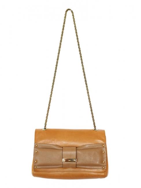 Sac clutch JUNE en cuir camel, noeud noisette et chaîne dorée Px boutique 550€