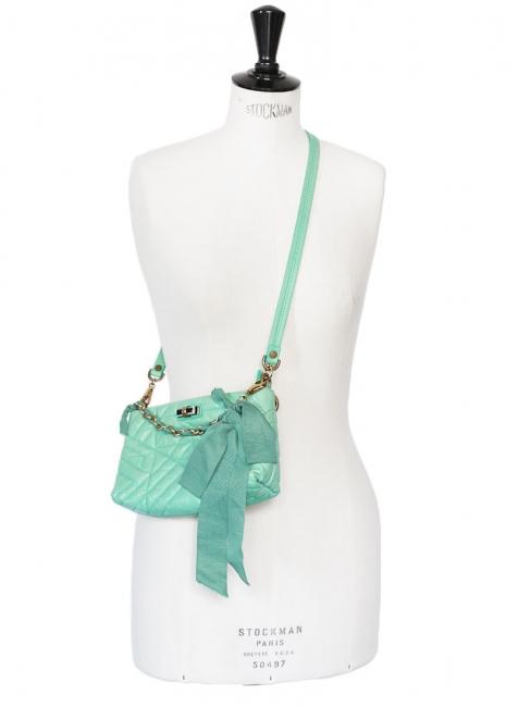 Sac du soir clutch à bandoulière Happy Pop en cuir vert d'eau ruban et chaîne dorée Px boutique 950€