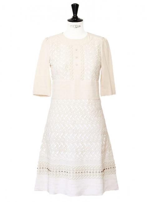 Robe en crêpe de soie nude, dentelle blanche, cristaux Swarovski Px boutique 3500€ Taille 36