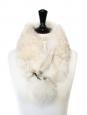 Col écharpe à pompons en fourrure blanche et grise