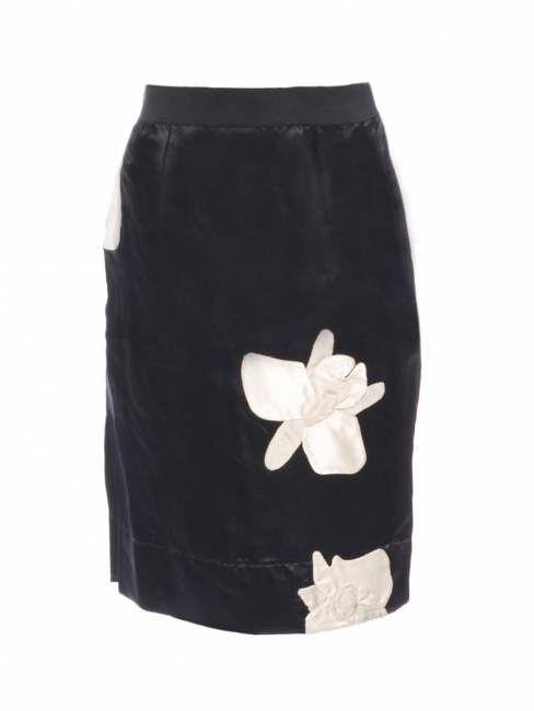 Jupe midi en satin de soie bleu nuit brodé de fleurs d'orchidées blanches Prix boutique 800€ Taille XS