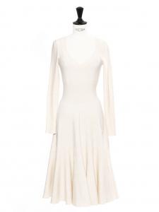 Robe longue décolleté V manches longues en jersey moulant blanc crème Prix boutique 2200€ Taille 36