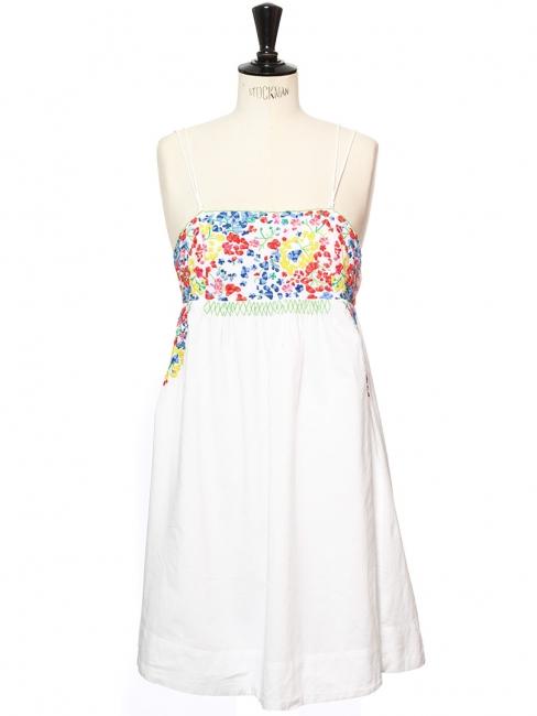 Robe à fines bretelles en coton blanc brodé fleuri rouge jaune et bleu Taille 36