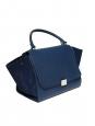 Sac à main et bandoulière Trapeze moyen modèle en cuir grainé et daim bleu Prix boutique 2200€