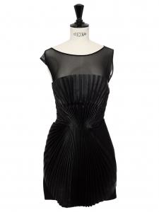 Robe de cocktail origami en cuir noir plissé, tulle et satin noir Prix boutique $2882 Taille 34