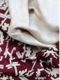 Robe manches longues à plissés en soie rouge bordeaux imprimée géométrique beige Taille 36