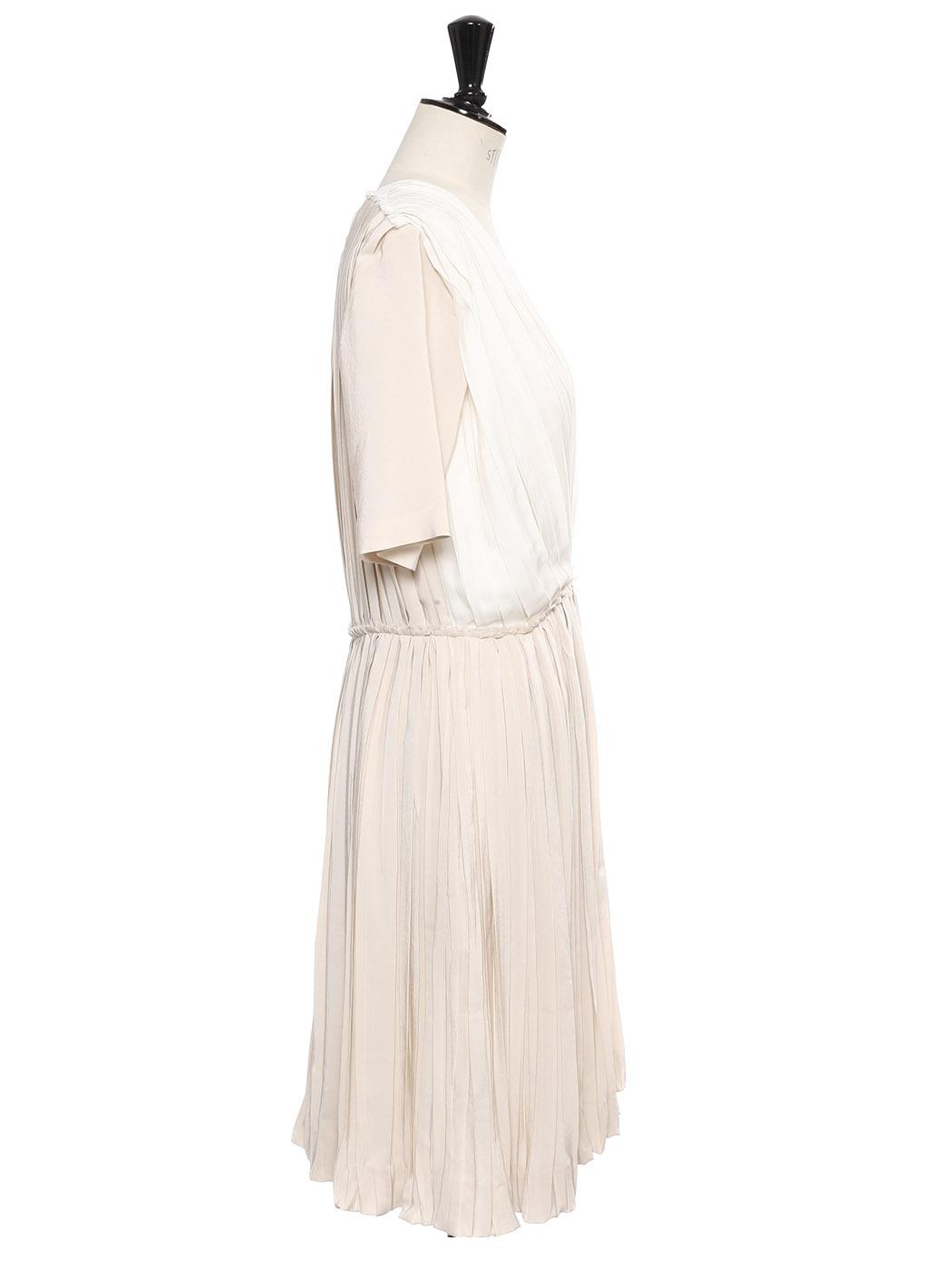e611e038c07 ... Robe manches courtes cintrée en soie plissée ivoire et beige rosé Prix  boutique 1790€ Taille ...