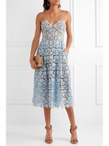 Robe Azaelea mi-longue cintrée et décolletée en dentelle guipure bleu clair Prix boutique 440€ Taille 34
