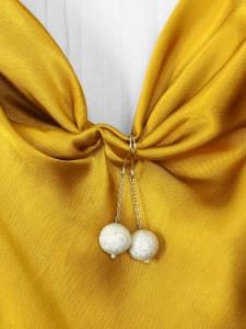 Boucles d'oreille pendantes chaîne argentée et perle boule blanche pailletée