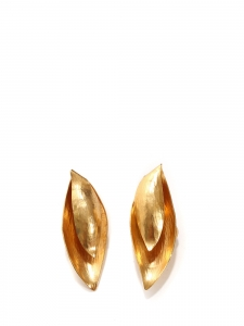Rare hammered gold-plated earrings with white beads Retail price €280