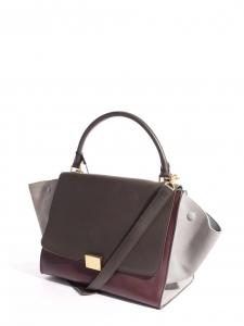 Sac à bandoulière Trapeze medium en cuir rouge bordeaux, marron et daim gris clair Prix boutique 2200€