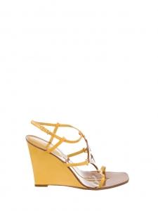 Sandales compensées en cuir camel et cuir verni jaune Prix boutique $980 Taille 38