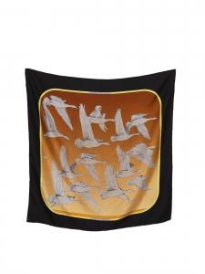 Foulard carré en twill de soie OISEAUX MIGRATEURS camel, roux, jaune et doré Prix boutique 350€ Taille 90 x 90