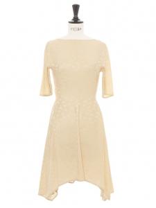 Robe cintrée manches courtes en jacquard de soie blanc crème imprimé fleurie Prix boutique 1345€ Taille 34