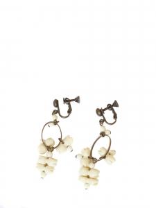 Boucles d'oreille clip pendante bronze et perle blanc ivoire Prix boutique 170€