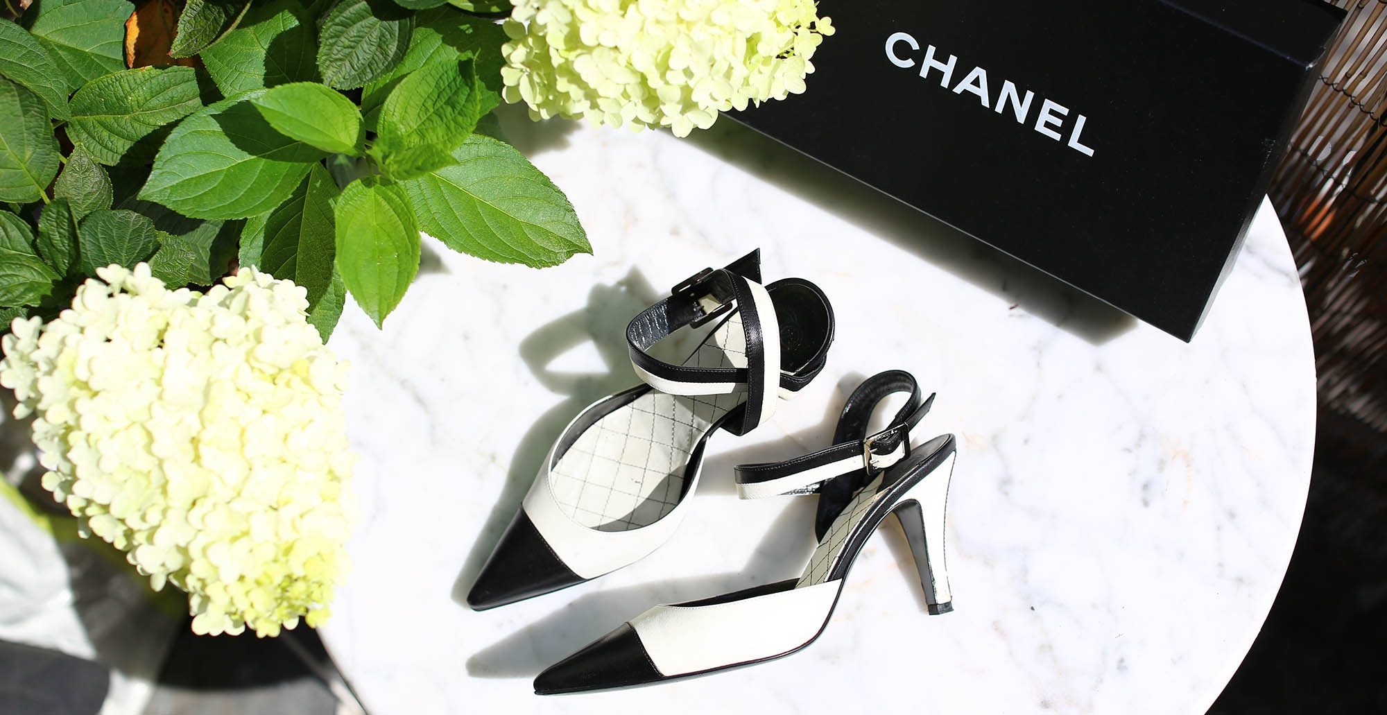 CHANEL black and white low heel pumps authentique leather sandales peep toe petit talon cuir noir et blanc